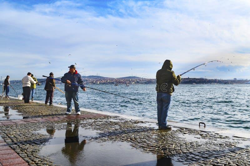 Bosphorus de Estambul, caña de pescar con la caza de los pescados fotos de archivo