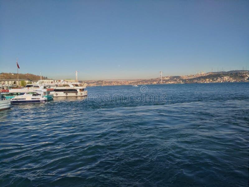 Bosphorus De foto van de Bosphorusbrug uit een veerboot in Istanboel wordt genomen dat royalty-vrije stock foto's