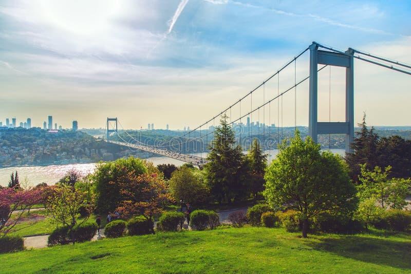 Bosphorus en Fatih Sultan Mehmet Bridge stock afbeeldingen
