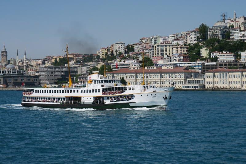 Bosphorus-Fähre, wie von der asiatischen Seite von Istanbul, mit Galata und Beyoglu gesehen lizenzfreie stockfotos