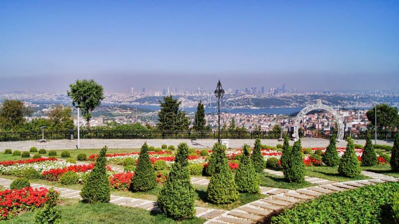 Bosphorus för Istanbul Camlica kulleöverblick bro royaltyfri fotografi