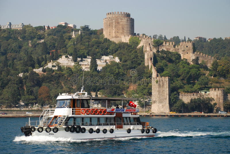 Bosphorus-Straße, die bei Rumelihisarı ( kreuzt; Rumelian Castle) Istanbul Die Türkei lizenzfreies stockfoto