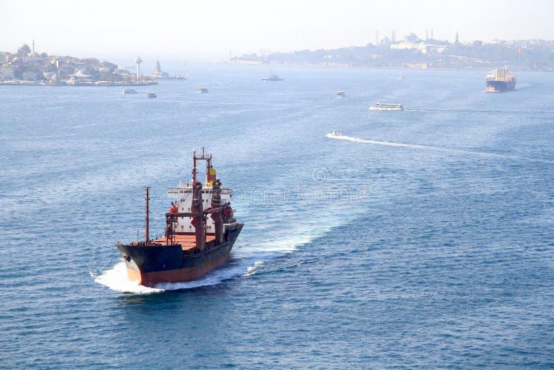 Bosporus avec des cargos photo stock