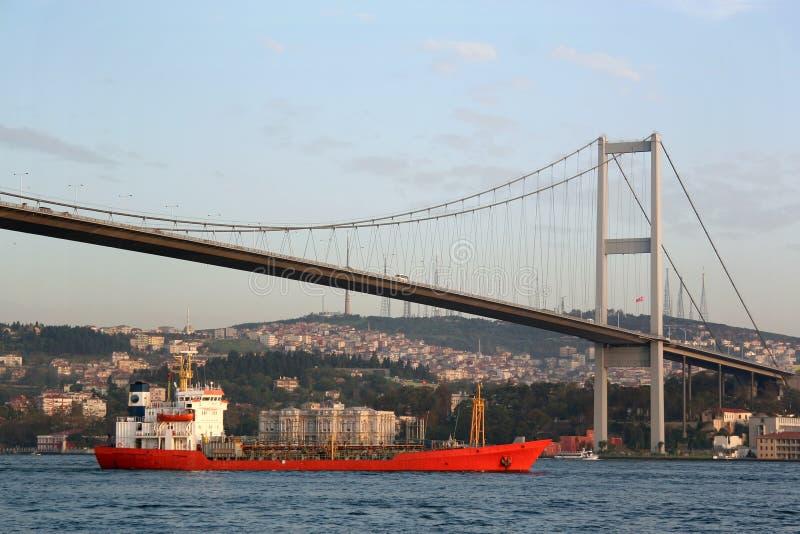 Bosporus-Brücke mit Frachter stockbild