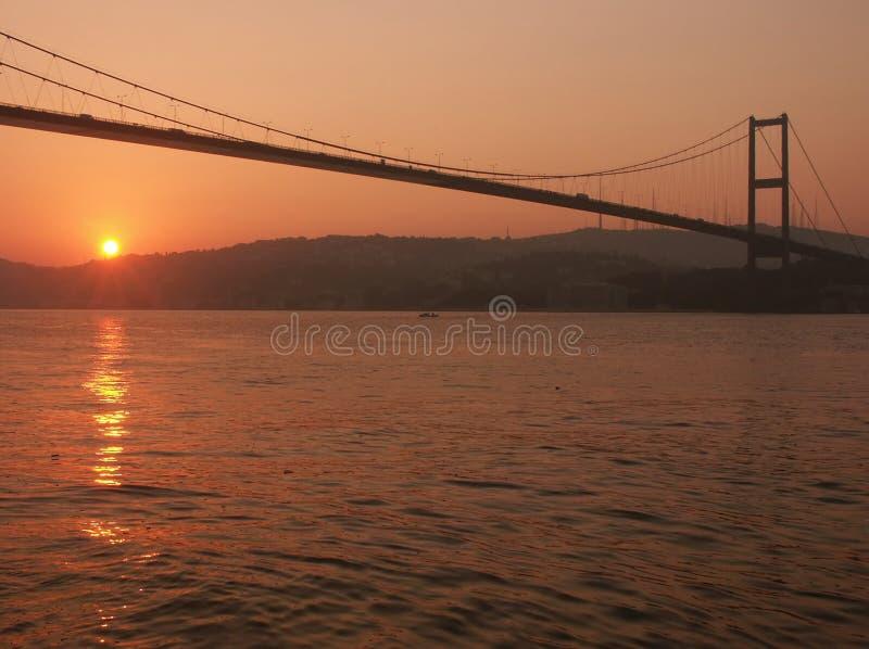 Bosporus-Brücke am Sonnenaufgang lizenzfreie stockfotos