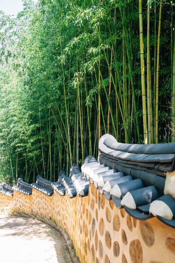 Bosque de bambú y piedra tradicional coreana Wall Street imágenes de archivo libres de regalías