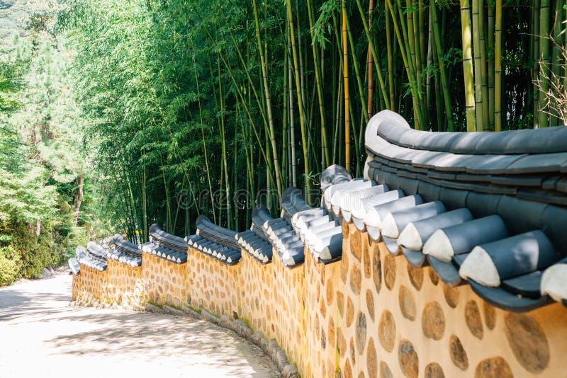 Bosque de bambú y piedra tradicional coreana Wall Street imagen de archivo libre de regalías
