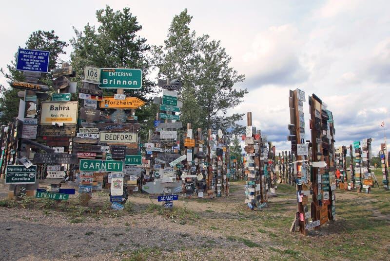 Bosque de los posts de muestra en Watson Lake, el Yukón, Canadá foto de archivo libre de regalías
