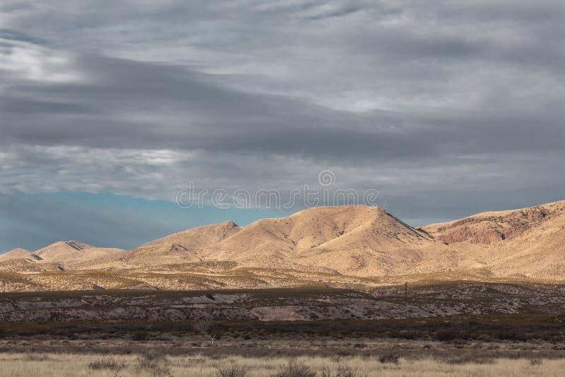 Bosque del Apache New mexico, montanhas antes dos céus escuros no inverno fotos de stock