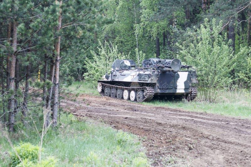 Bosque digno del veh?culo de lucha de la infanter?a parte del camino del equipo militar tenga tono foto de archivo libre de regalías