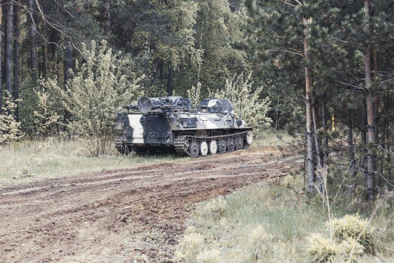 Bosque digno del veh?culo de lucha de la infanter?a parte del camino del equipo militar tenga tono fotografía de archivo