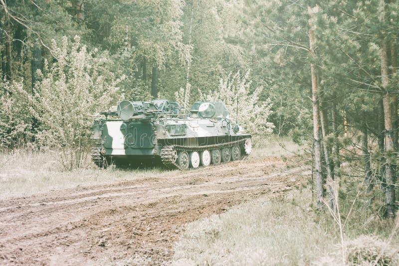 Bosque digno del veh?culo de lucha de la infanter?a parte del camino del equipo militar tenga tono imágenes de archivo libres de regalías