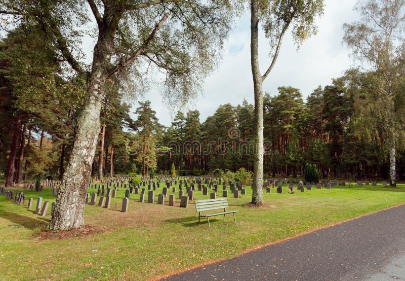 Bosque en Skogskyrkogarden con los sepulcros y los bancos para relajarse El sitio del patrimonio mundial de la UNESCO en Estocolm fotografía de archivo