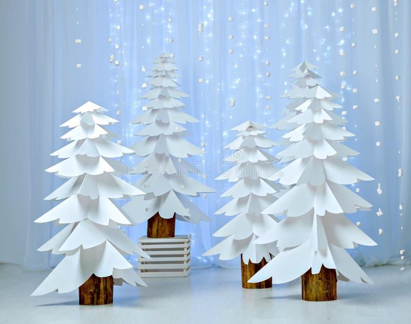 Bosque fantástico de los árboles de navidad de papel imagenes de archivo