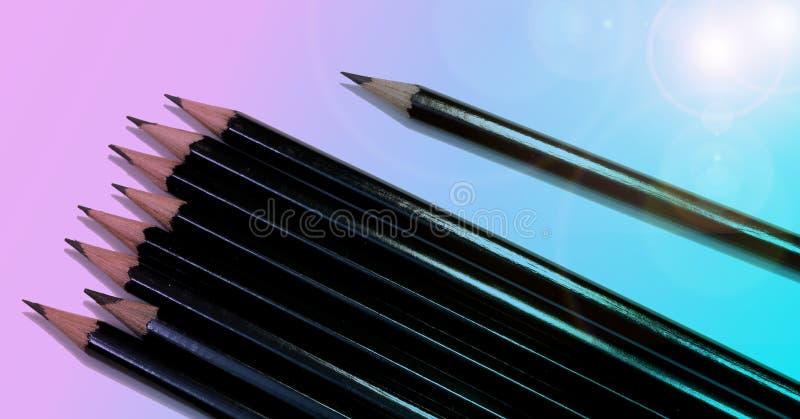 Bosquejar los lápices en fondo azul y rosado en colores pastel fotos de archivo