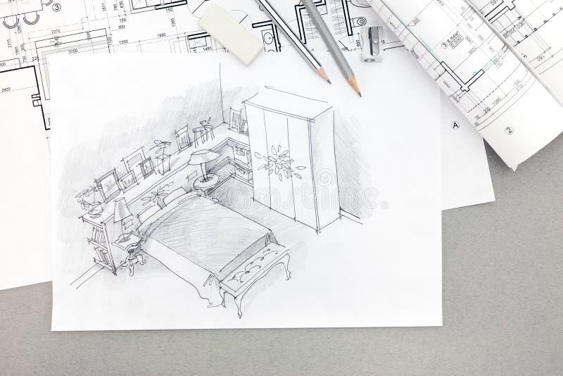 Bosquejo arquitectónico del dormitorio con los modelos, lápices, borrador fotos de archivo