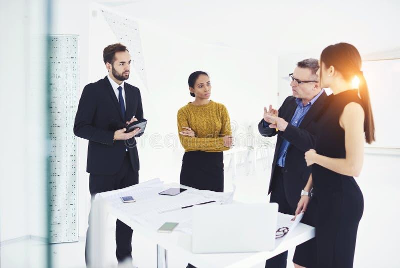 Bosquejo de la reunión de negocios con los clientes y los ingenieros durante la mesa de reuniones foto de archivo