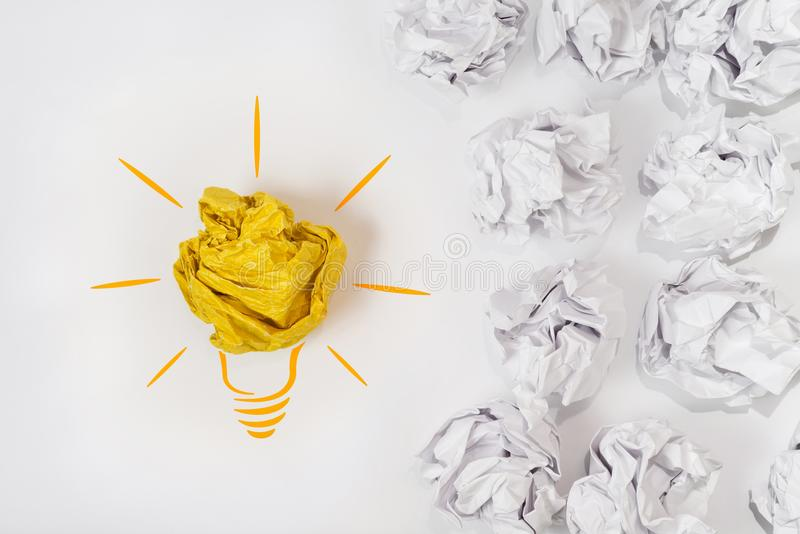 Bosquejo de una bombilla con una bola de papel Concepto para la innovación, la creatividad y la inspiración foto de archivo
