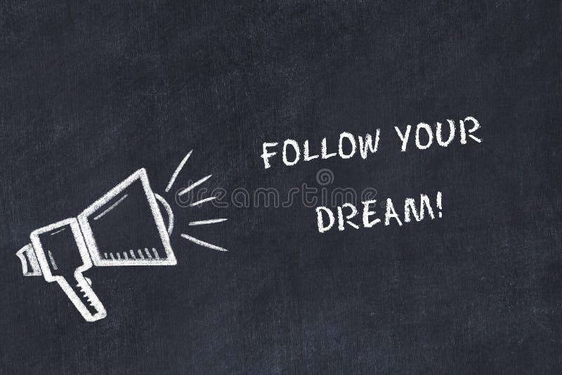 Bosquejo del tablero de tiza con el altavoz y la frase de motivación seguir su sueño ilustración del vector