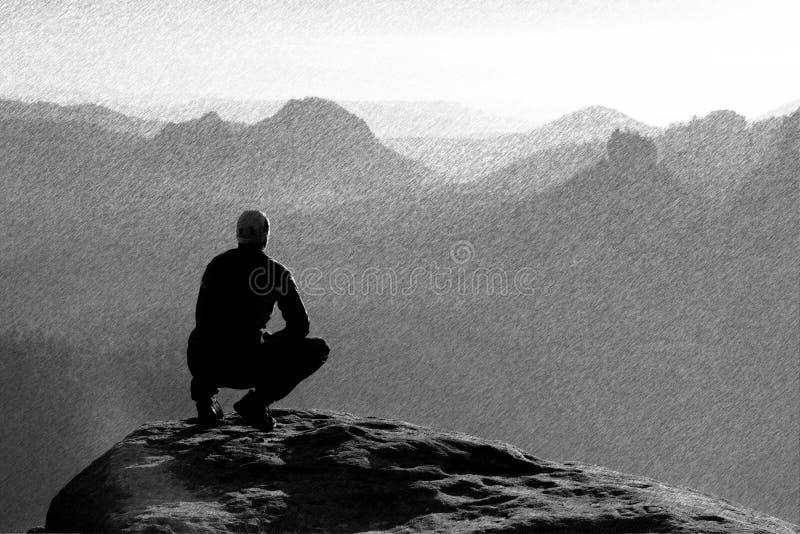 Bosquejo retro rayado blanco y negro Momento de soledad El hombre se sienta en el pico de la roca y de la observación en la niebl imagen de archivo