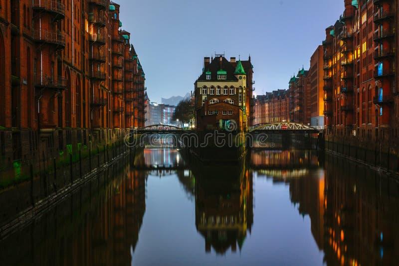 Bosquejos de la tarde y de la noche en las calles del mijo en el centro del puerto de Hamburgo imágenes de archivo libres de regalías