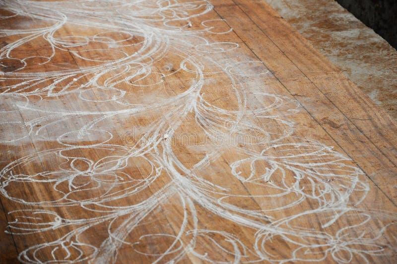 Bosquejos expertos del artesano que tallan diseño en la madera antes del comienzo que talla el trabajo fotografía de archivo