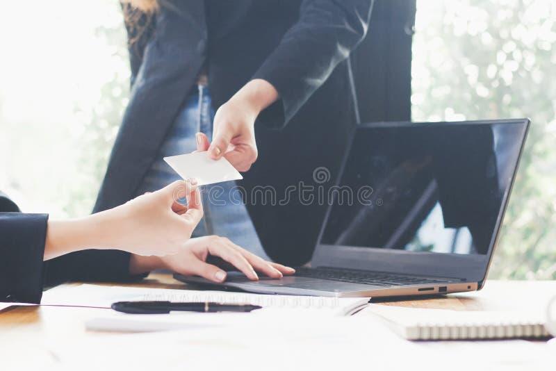 Boss consigna la tarjeta de visita vacía para la secretaria, mano del primer que sostiene la tarjeta de visita vacía, concepto de fotografía de archivo