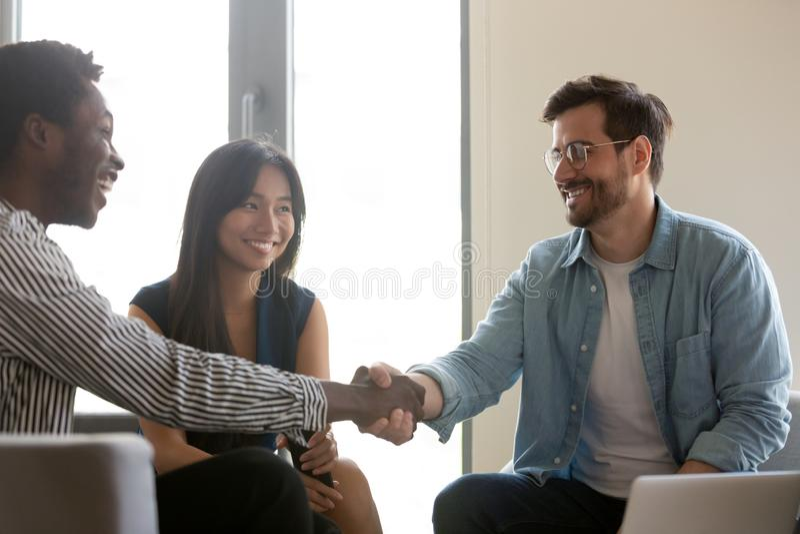 Boss greet client afrikanische Unternehmer Business People starten Gruppentreffen stockbild