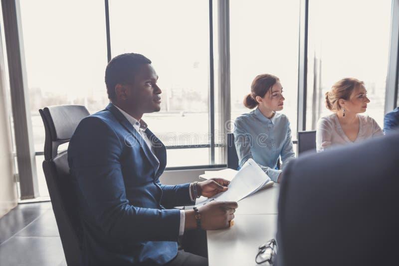 Boss que dirige una reunión del negocio con los socios imagen de archivo