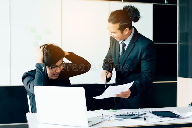 Boss que grita al empleado mientras que funcionamiento del error imagen de archivo libre de regalías