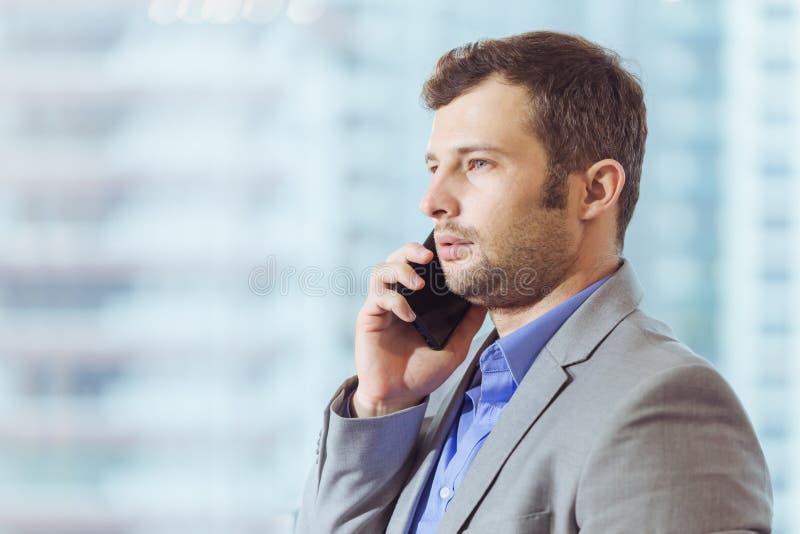 Boss que llama, llamada de teléfono del CEO que habla en fondo de la oficina fotografía de archivo