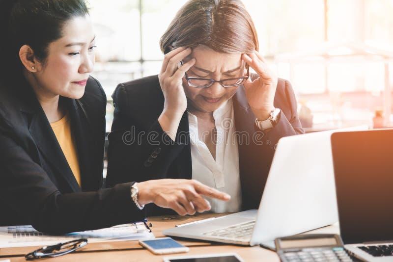 Boss se queja al empleado Empleado de la empresaria foto de archivo