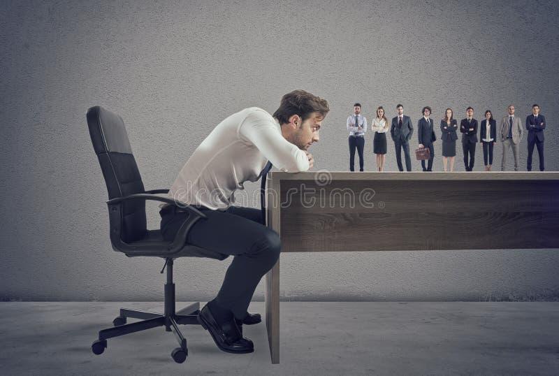 Boss selecciona a candidatos convenientes al lugar de trabajo Concepto de reclutamiento y de equipo imagen de archivo libre de regalías