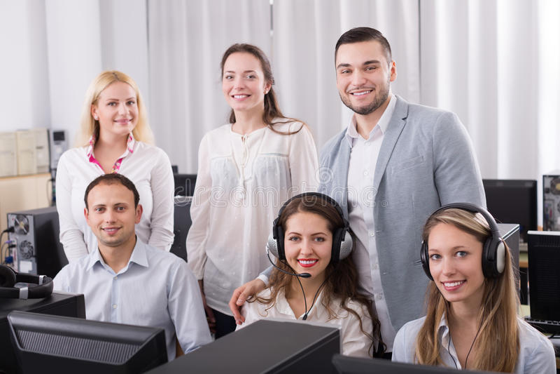 Boss y su equipo del centro de atención telefónica en la oficina imagen de archivo libre de regalías
