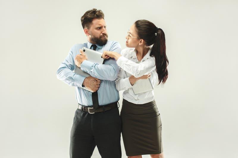 Bossage fâché Femme et secrétaire se tenant au bureau ou au studio photo stock