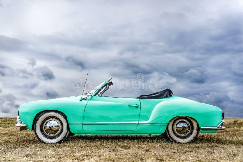 BOSSCHENHOOFD/NETHERLANDS-JUNE 11, 2018: boczny widok nowy zielony klasyczny Volkswagen kamann Ghia kabriolet przy klasykiem ca fotografia royalty free
