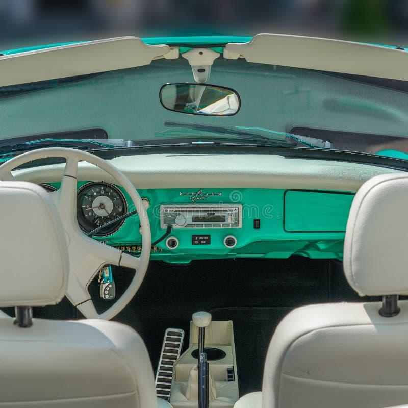 BOSSCHENHOOFD/NETHERLANDS-JUNE 11, 2018: wnętrza i junakowania deska nowy zielony Volkswagen kamann Ghia przy klasycznym samochod zdjęcie stock