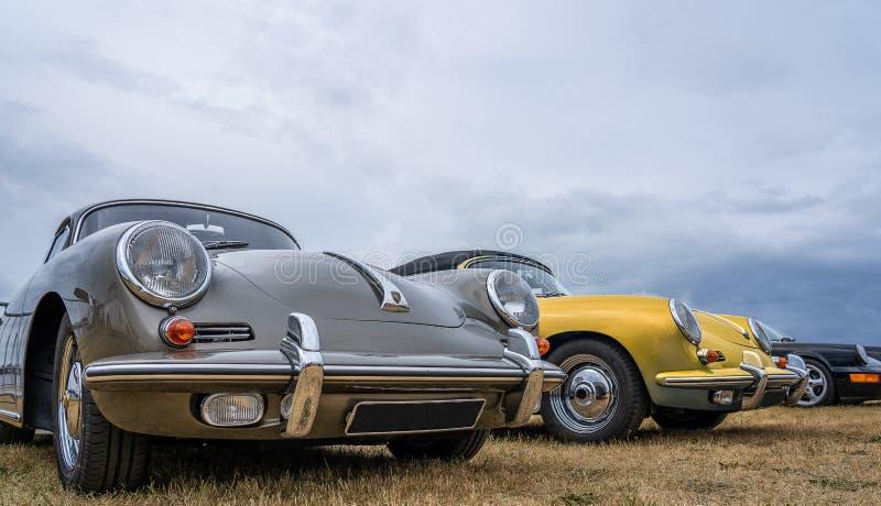 17 bosschenhoofd/netherlands-JUNI, 2018: Drie Porsche Carreras in grijs, geel en blauw op vertoning bij een klassieke automeetin royalty-vrije stock afbeeldingen
