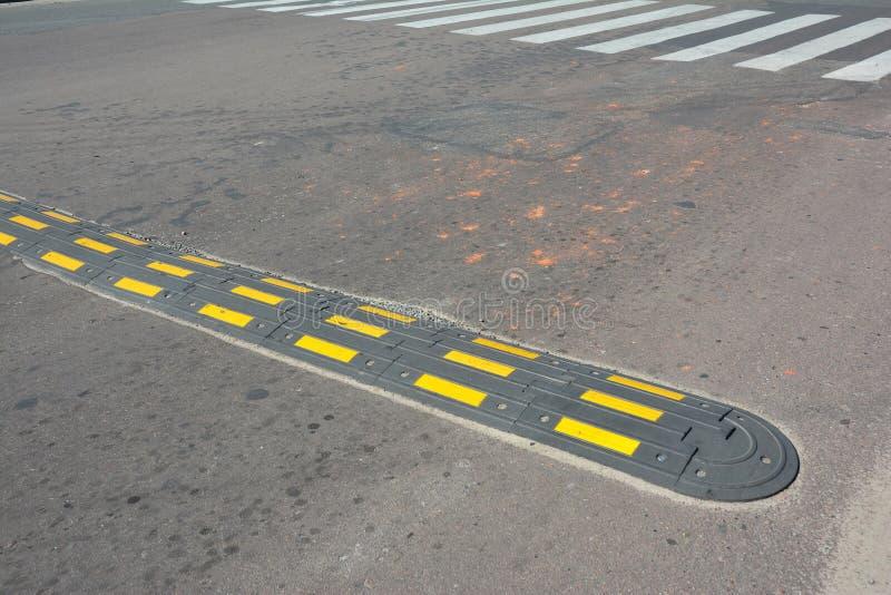 Bosse de vitesse de sécurité routière avec le passage piéton sur une route goudronnée Bosses de vitesse et x28 ; ou breakers& x29 photos libres de droits