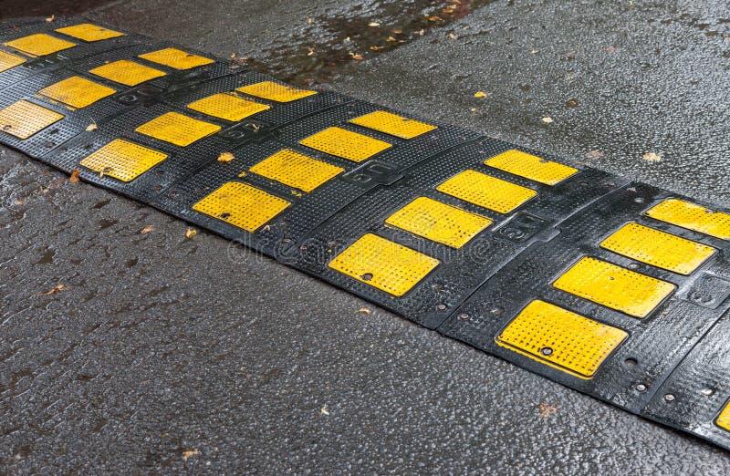 Bosse de vitesse de sécurité routière sur une route goudronnée image libre de droits