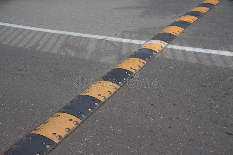 Bosse de vitesse de sécurité routière sur une route goudronnée images stock