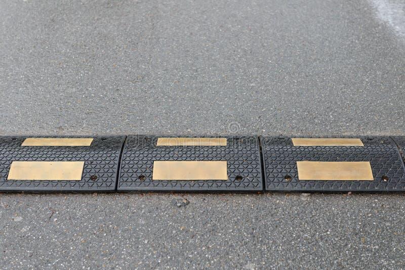 Bosse de vitesse sur la fin d'asphalte  photo stock