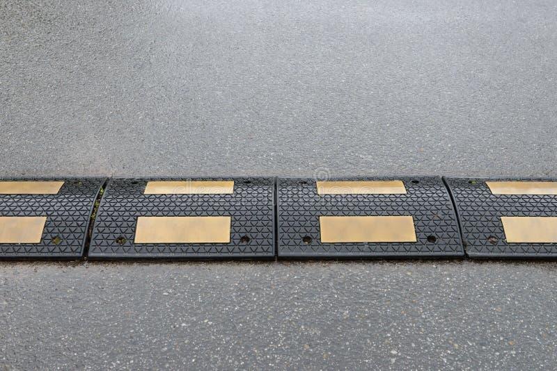 Bosse de vitesse sur la fin d'asphalte  photo libre de droits