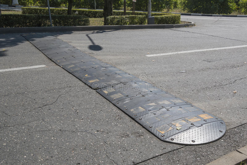 Bosse de vitesse sur la rue de ville images stock