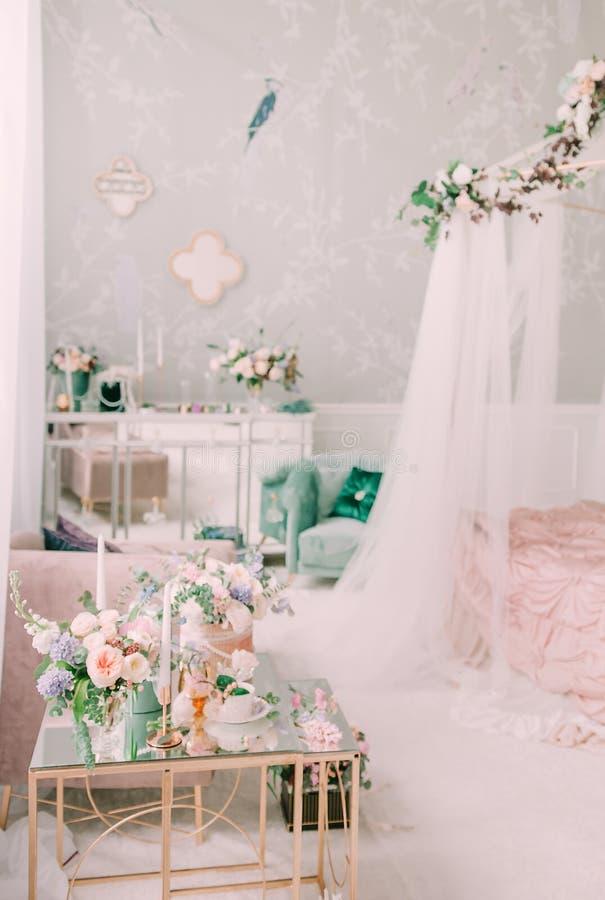 Bossen van bloemen in het binnenland Een huwelijksboeket van rozen en andere bloemen Details van de ochtend van de bruid selectie stock foto