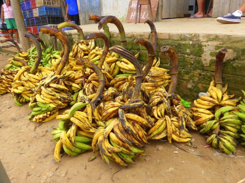 Bossen van over rijpe bananen royalty-vrije stock afbeeldingen