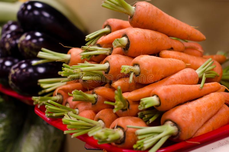 Bossen van Wortelen bij een Landbouwersmarkt stock fotografie