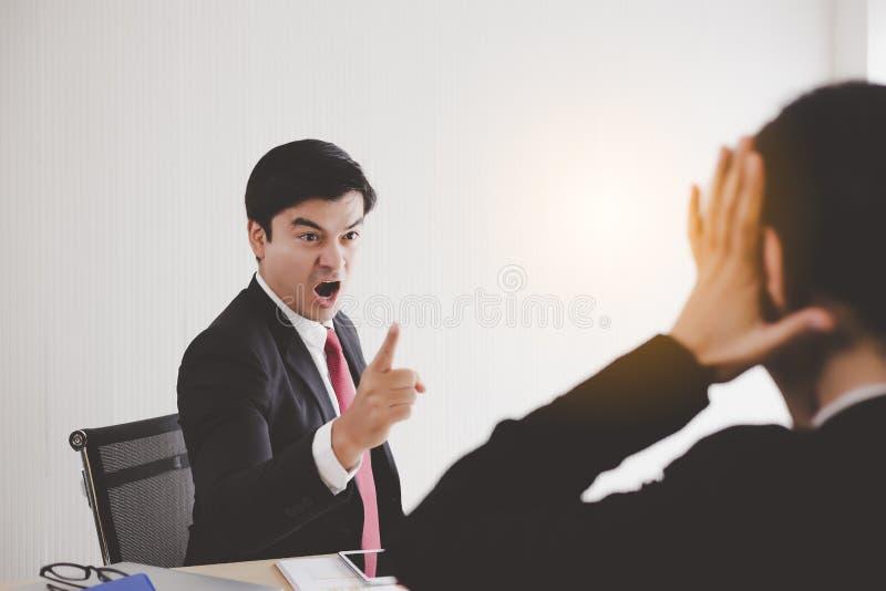 Bossy Boss boze werknemer en schreeuwde, berispte luid tegen de werknemer Secretaris vergeten belangrijke benoeming Verwoesterde  stock fotografie