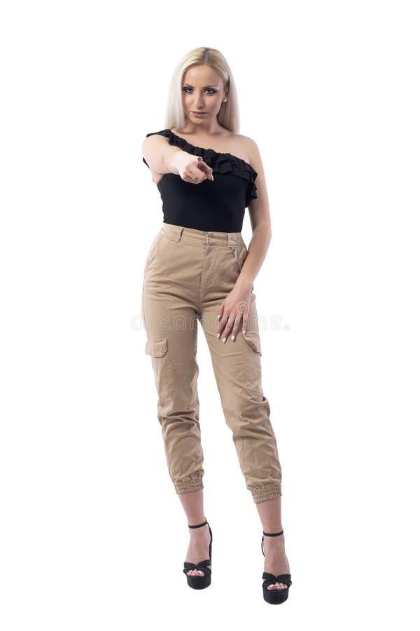 Bossy ufna poważna młoda biznesowa kobieta wskazuje palec przy kamerą wini ciebie zdjęcia royalty free