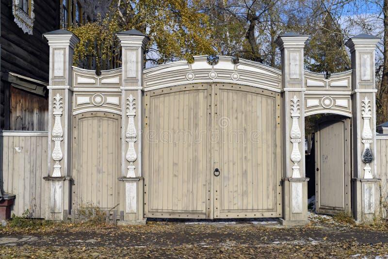 Bostads- byggnad för gammal träport av det sista århundradet royaltyfri fotografi